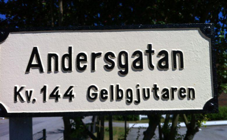 Kv Gelbgjutaren omringas av Per-Albin Hanssonsväg, Joelsgatan, Andersgatan och Truedsgatan